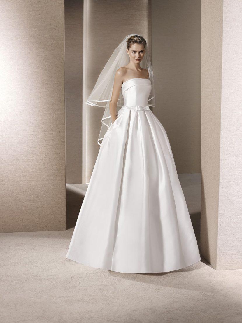 Простое пышное свадебное платье с карманами.