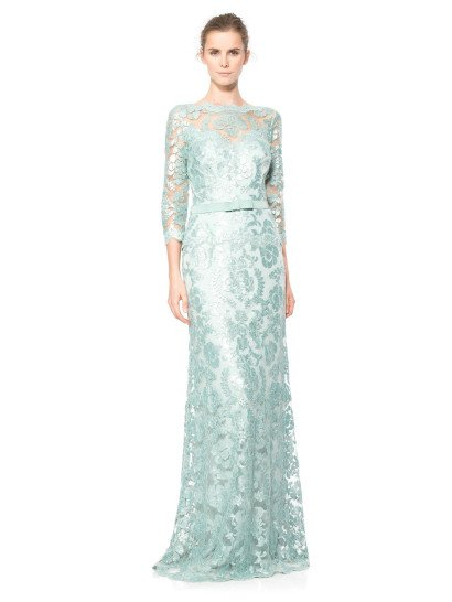 Невероятно элегантное закрытое вечернее платье околдовывает глянцевым сиянием нежного голубого кружева, располагающегося на полупрозрачной ткани по всей длине наряда.  Подкладка выполнена в еще более светлом оттенке голубого из хлопковой ткани.  Кружевные края выреза лодочкой и манжетов рукавов длиной в три четверти усиливают нежное настроение образа. Талию выделяет широкий пояс с бантом по середине.  Платье идеальноподойдет для встречи Нового года 2018!  Есть платья больших размеров.
