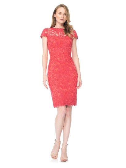 Коктейльное платье покрыто изысканным шитьем по полупрозрачной ткани, что делает образ романтичным и элегантным.  Нежные рукава-крылышки и полупрозрачная вставка в области декольте над лифом сердечком делают образ невероятно женственным и притягательным.  В качестве подкладки кораллового цвета использована традиционная для платьев бренда хлопковая ткань с эффектом стрейч.