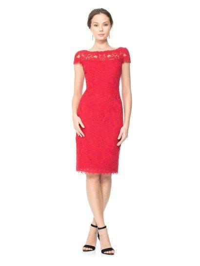 Стильное коктейльноеплатье насыщенного красного цвета по всей длине декорировано кружевными аппликациями, которые располагаются на прозрачном верхнем слое ткани, скрывающем хлопковую подкладку такого же оттенка красного.  Подкладка не скрывает область декольте, поэтому кружево особенно выделяется на верхней части платья, образуя округлый вырез и короткие прямые рукава с фигурными краями.