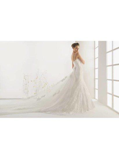 Элегантное свадебное платье на бретелях.