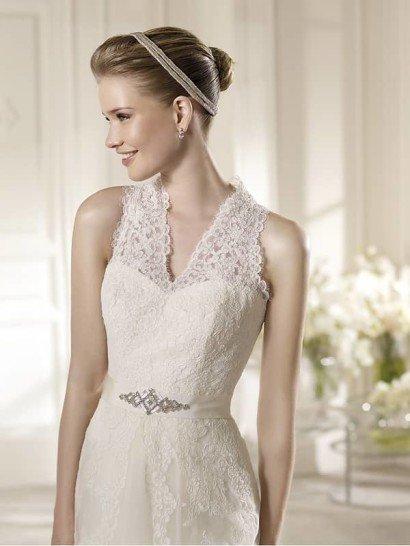 Изысканное кружевное свадебное платье А-силуэта со шлейфом