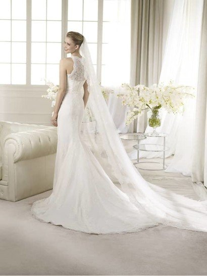 Узкое кружевное свадебное платье со шлейфом