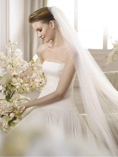 Красивое открытое белое свадебное платье А-силуэта со шлейфом
