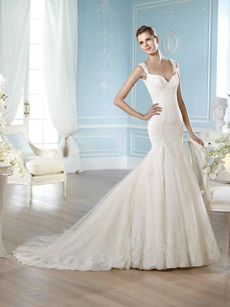 кружевное свадебное платье со шлейфом силуэта «русалка»
