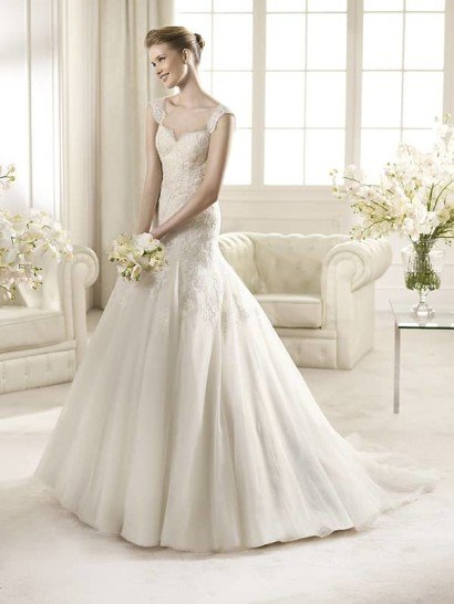Красивое свадебное платье А-силуэта со шлейфом