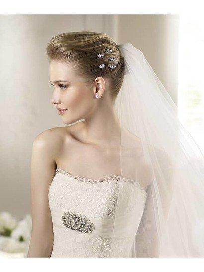 Открытое кружевное свадебное платье А-силуэта со шлейфом