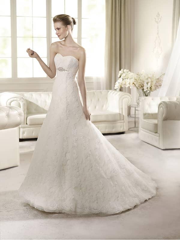 Открытое кружевное свадебное платье неширокого А-силуэта со шлейфом