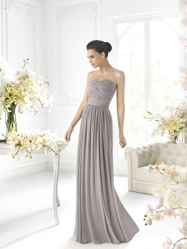 Элегантное открытое длинное жемчужно-серое платье.