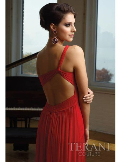 длинное вечернее платье с бретелью через одно плечо.