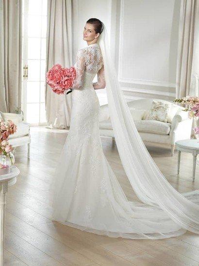Кружевное свадебное платье «русалка» с коротким болеро из полупрозрачной ткани.