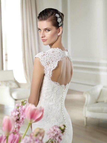 Свадебное недорогое платье с рукавами-крылышками.