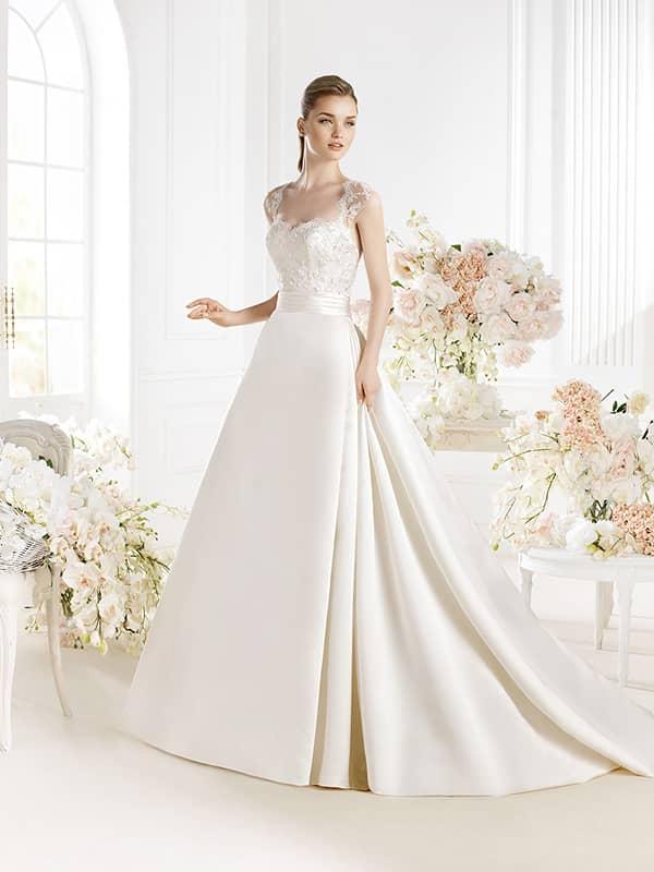 Свадебное платье с изысканной атласной юбкой и кружевным декором корсета.