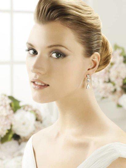 Изысканные сережки, способные украсить любой свадебный образ. Они выполнены в виде подвесок из нескольких серебристых стразов округлой формы.