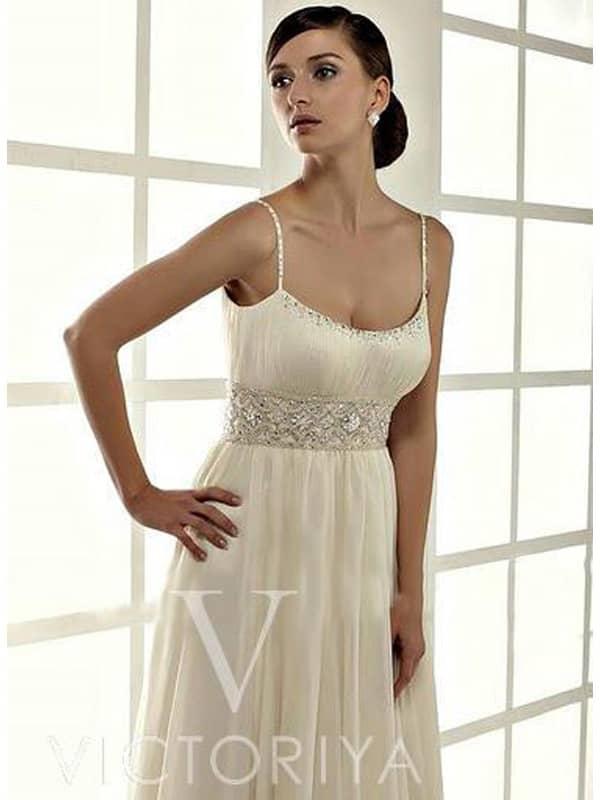 Недорогое свадебное платье с приятным оттенком слоновой кости и женственным кроем.
