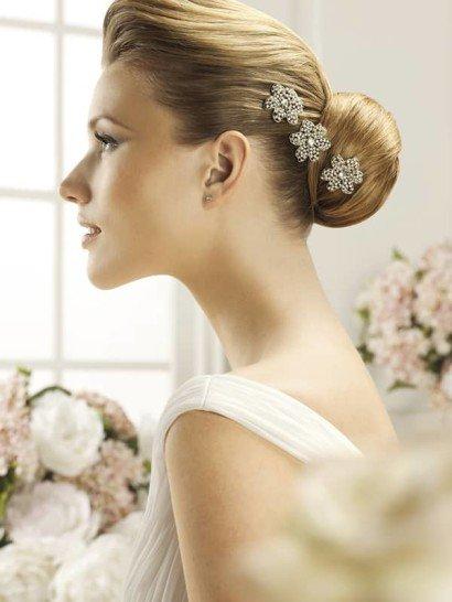 Сверкающее украшение идеально дополнит элегантную свадебную укладку. Несколько крупных цветков в лаконичном стиле созданы из серебристого бисера с небольшими стразами в центре бутонов.