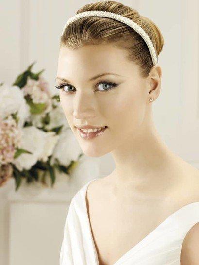 Лаконичный и изысканный белый обруч – прекрасное дополнение свадебной укладки. Фактурная отделка по всей длине придает аксессуару индивидуальность и выразительность.