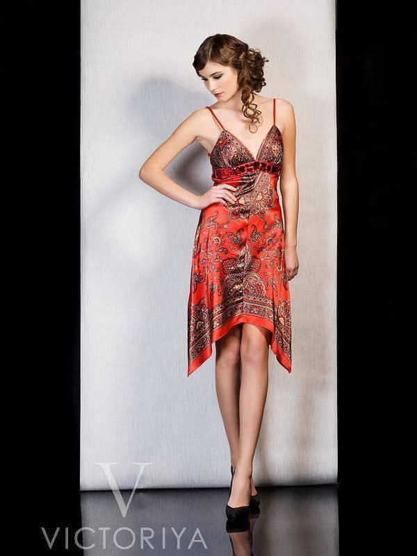 Алое вечернее платье длиной до середины бедра из глянцевой ткани с этническим рисунком.
