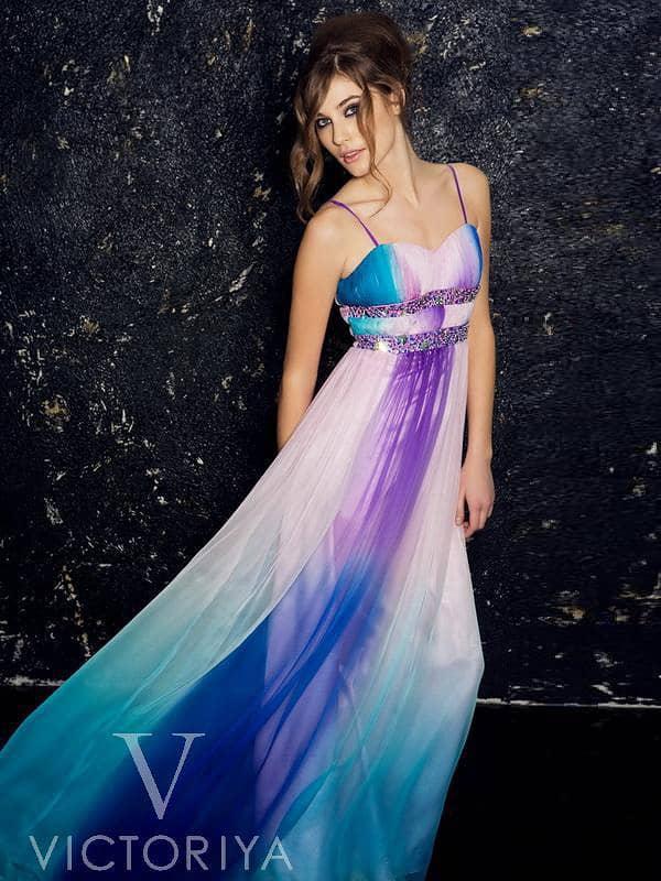 Вечернее платье в синих и фиолетовых тонах, с элегантным лифом и декором из драпировок.