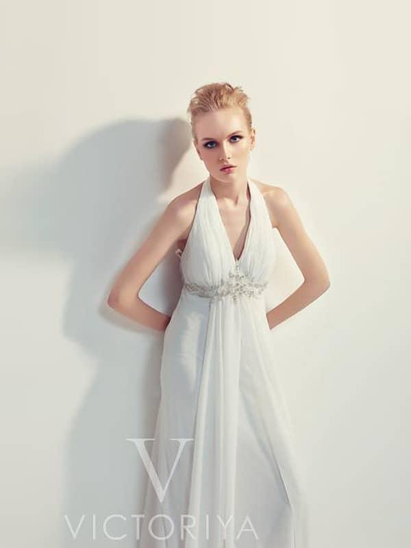 Стильное вечернее платье белого цвета с американской проймой и завышенной талией.