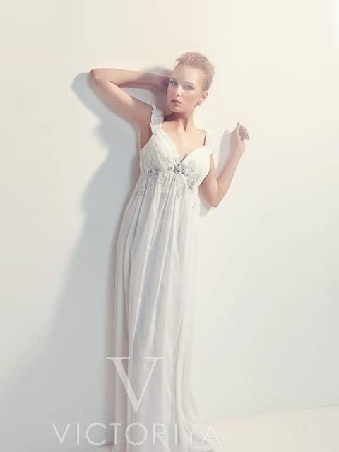 Белое вечернее платье в ампирном стиле с широкими бретелями и завышенной талией.