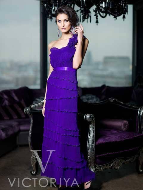 Открытое вечернее платье глубокого синего цвета, декорированное объемными оборками.