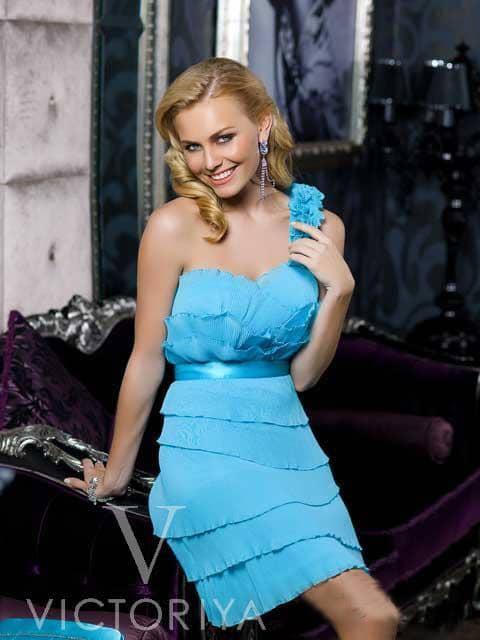 Коктейльное платье насыщенного голубого оттенка с широкой объемной бретелью через плечо.