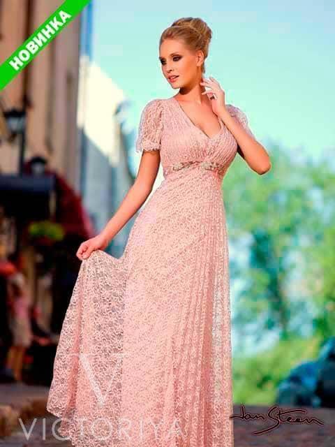 Прямое вечернее платье в ампирном стиле с кружевом розового цвета.