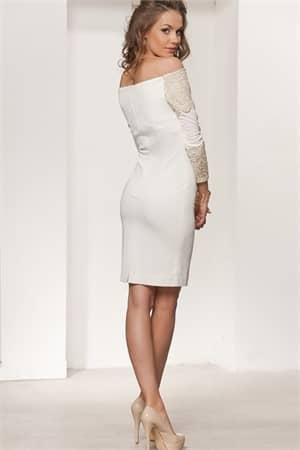 Облегающее вечернее платье белого цвета с портретным декольте и отделкой вышивкой.