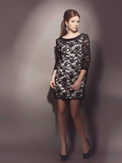 Короткое вечернее платье, позволяющее объединить чувственность и скромность в одном образе. Длина до середины бедра и сияющий серебристый атлас в качестве основы привлекают внимание к силуэту, а длинные рукава, вырез бато и плотное черное кружево в качестве верхнего слоя ткани делают образ сдержаннее.  В качестве декора вечернее платье дополняют атласные ленты на вырезе и манжетах, черным цветом повторяющие оттенок кружева.