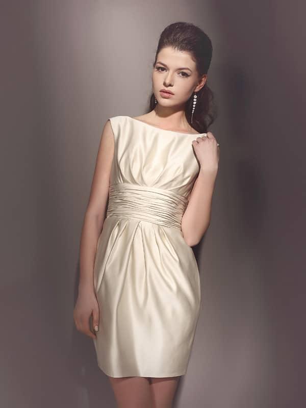 Элегантное атласное короткое свадебное платье прямого силуэта. Верх очерчен женственным вырезом «бато».