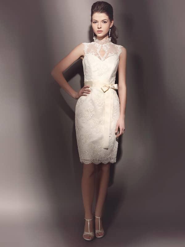 Узкое короткое свадебное платье без рукавов, из кружева, расшитого пайетками..