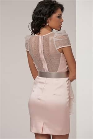 Коктейльное платье пудрового оттенка, декорированное полупрозрачными оборками.