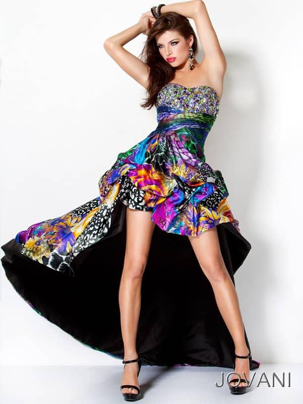 Многоцветное вечернее платье переменной длины.