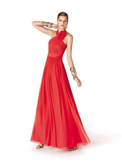 Красное длинное вечернее платье А-силуэта из коллекции вечерних платьев «It's my party» Pronovias Fashion Group.  Лиф с бретелью «халтер» густо задрапирован, украшен крупными цветами из ткани платья.  Талия подчёркнута поясом.  Платье отлично подойдет на выпускной вечер!