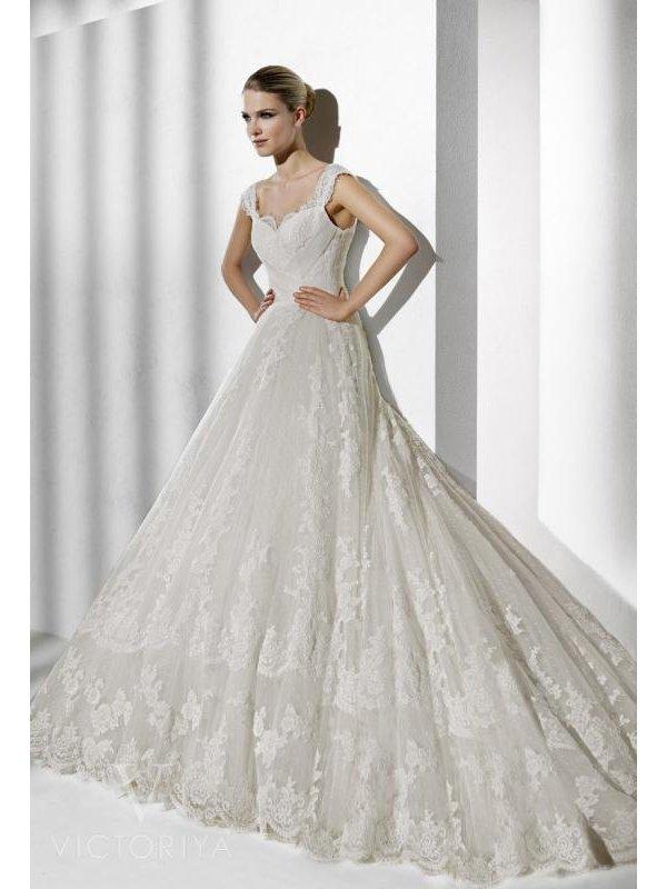 Пышное кружевное свадебное платье силуэта «принцесса»
