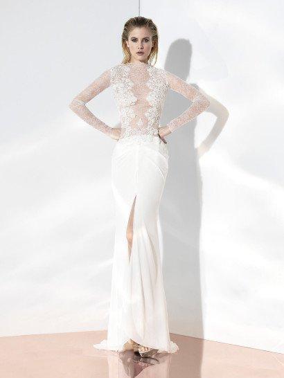 Экстравагантное узкое свадебное платье с длинными рукавами линии «Glint Couture».  Удлинённый лиф из прозрачного шантильского кружева с прямой линией горловины, спереди декорирован вертикальными полосами более плотного ажура, сзади – вертикаль застёжки.  Эффектный дизайн юбки из шёлка подчёркивают вытачки-защипы и разрез по центру переда.  Свадебные платья Yolan Crisэксклюзивно представлены в салоне Виктория  Примерка платьев Yolan Cris -платная