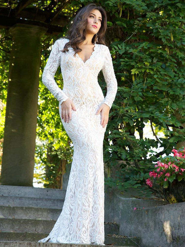 Белое кружевное вечернее платье с рукавами.