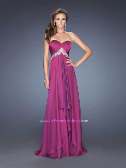 В этом платье пурпурного цвета Вы будете в центре вниманием гостей и друзей на предстоящем выпускном вечере.  Открытый лиф с линией декольте в форме «сердечка» изящно задрапирован и стянут по ампирной талии фигурным поясом, усыпанным кристаллами.  Ярусы переливающихся складок, собранные по центру переда, ниспадают к подолу эффектным каскадом.