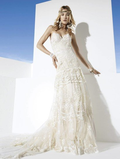 Сложный барочный рисунок эксклюзивного кружева украшает удлинённый лиф этого уникального свадебного платья линии «Boho Girl».  Роскошные полосы уникального кружевоплетения с крупным ажурным узором образуют верхний слой длинной юбки со шлейфом потрясающей красоты.  Узкая бретель «халтер» поддерживает лиф, оставляя спину практически полностью открытой. Застёжка – «молния».  Это платье - прекрасный выбор для свадьбы на побережье.