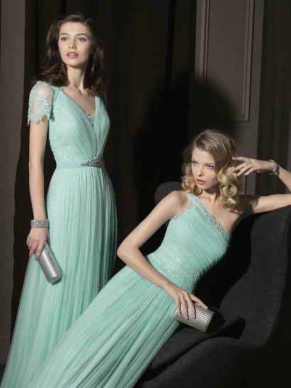 Элегантное вечернее платье акварельно-светлого оттенка голубого красиво как в варианте с небольшим рукавом, так и с асимметричным верхом.  Кружевная отделка верха и рукавов в сочетании с V-образной формой декольте выглядят очень изящно и соблазнительно. Мягкие драпировки ткани на юбке поддерживают такое впечатление.  Вариант с асимметричным плечом смотрится не менее ярко благодаря расшитому поясу и верху платья, а складки материала на корсаже добавляют образу женственности.