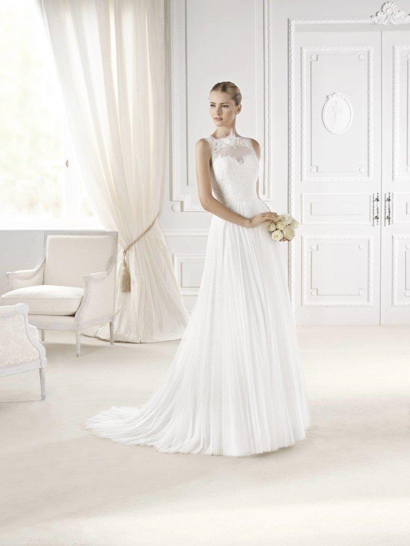 Свадебное платье с прямым силуэтом.