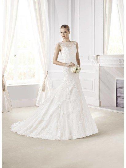 Свадебное платье силуэта «русалка» сочетает в себе классический крой и лаконичную отделку.  Не слишком пышная юбка начинается чуть ниже линии бедра, облегающий верх смотрится особенно элегантно благодаря вырезу лодочкой на полупрозрачной ткани, закрывающей декольте.  Платье декорировано нежным кружевом, а на спине его украшают и декоративные пуговицы.  Кроме того, спинка платья отличается глубоким вырезом, полностью укрытым тонкой полупрозрачной тканью с изысканным узором, как и в области декольте.