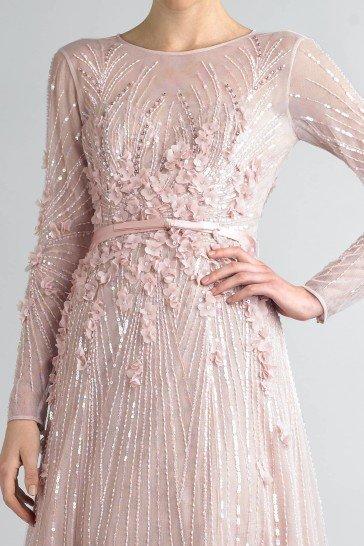 Элегантное вечернее платье с рукавами.