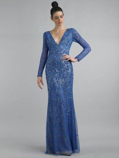 Стильное вечернее платье синего цвета соблазнительно очерчивает фигуру благодаря прямому крою.  Глубокий V-образный вырез позволяет продемонстрировать область декольте, а длинный рукав привносит немного сдержанности.  Вечернее платье полностью покрыто вышивкой из бисера и пайеток.  Крупный цветочный узор, который становится особенно ярким на лифе и в области талии, будет одинаково привлекательно смотреться как в вечерних огнях, так и при дневном свете.  Купите это платьедля встречи НовогоГода!