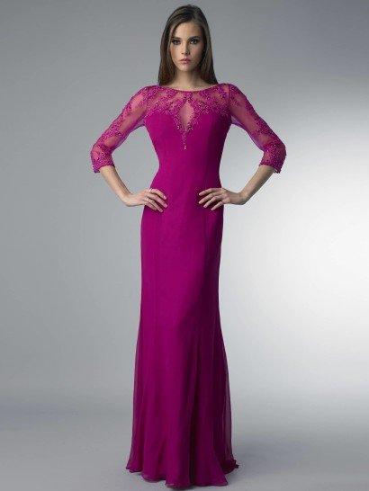 Потрясающее вечернее платье насыщенного оттенка фуксии. Прямой силуэт платья очерчивает фигуру, подчеркивая всю ее красоту выразительно и ярко.  Привлекает внимание и отделка вечернего платья.  Полупрозрачная ткань, которой оформлено декольте, расшита аппликациями из кружев и сверкающим бисером, что одинаково удачно смотрится как спереди, так и сзади, на глубоком вырезе на спине.  Длина рукава в три четверти идеально вписывается в образ.  Платье подойдет для встречи НовогоГода 2018!
