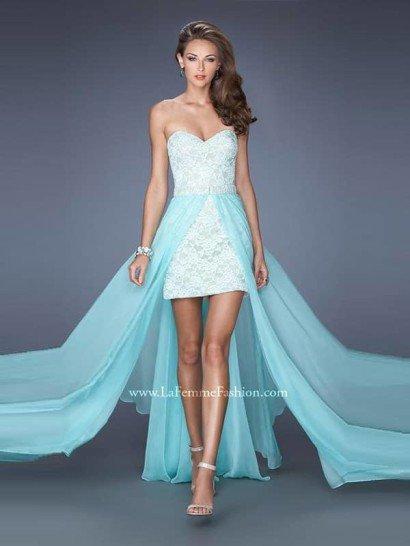 Шикарное вечернее платье-трансформер отличается сложным кроем юбки и соблазнительным открытым верхом в форме «сердца».  Короткое платье-футляр из нежно-голубой ткани и длинная полупрозрачная юбка из нескольких фрагментов ткани являются составляющими данного образа.  Благодаря такому оригинальному решению вечернее платье смотрится потрясающе без дополнительной отделки.