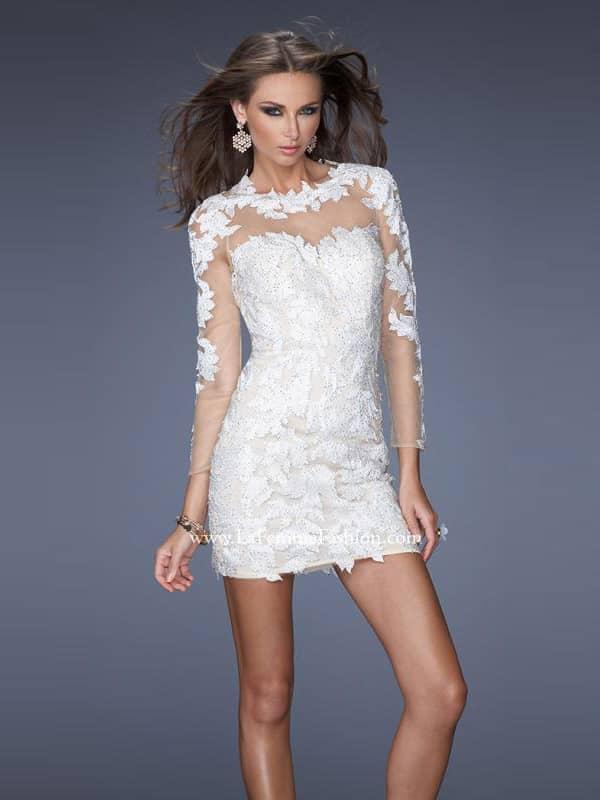 Коктейльное белое платье с рукавами.