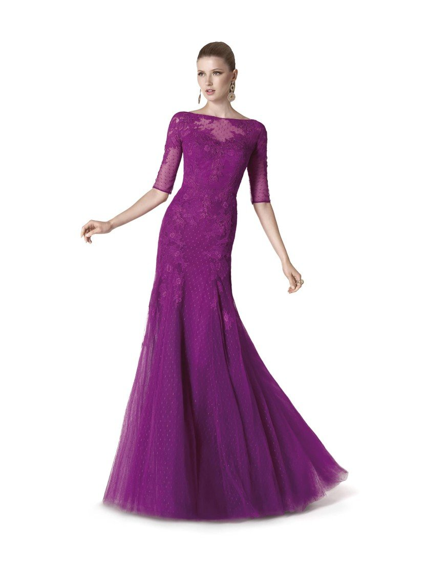 Вечернее платье цвета оттенка фиолетового.
