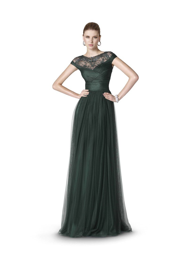 Вечернее платье в пол темно-зеленого цвета.